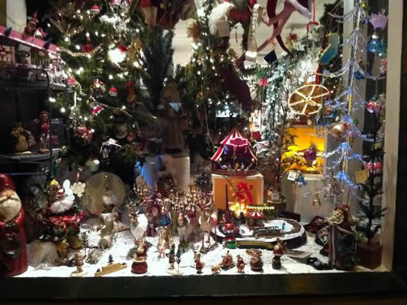 One of many Christmas shop windows in Los Gatos.  (Photo submitted by an anonymous viewer via uReport)