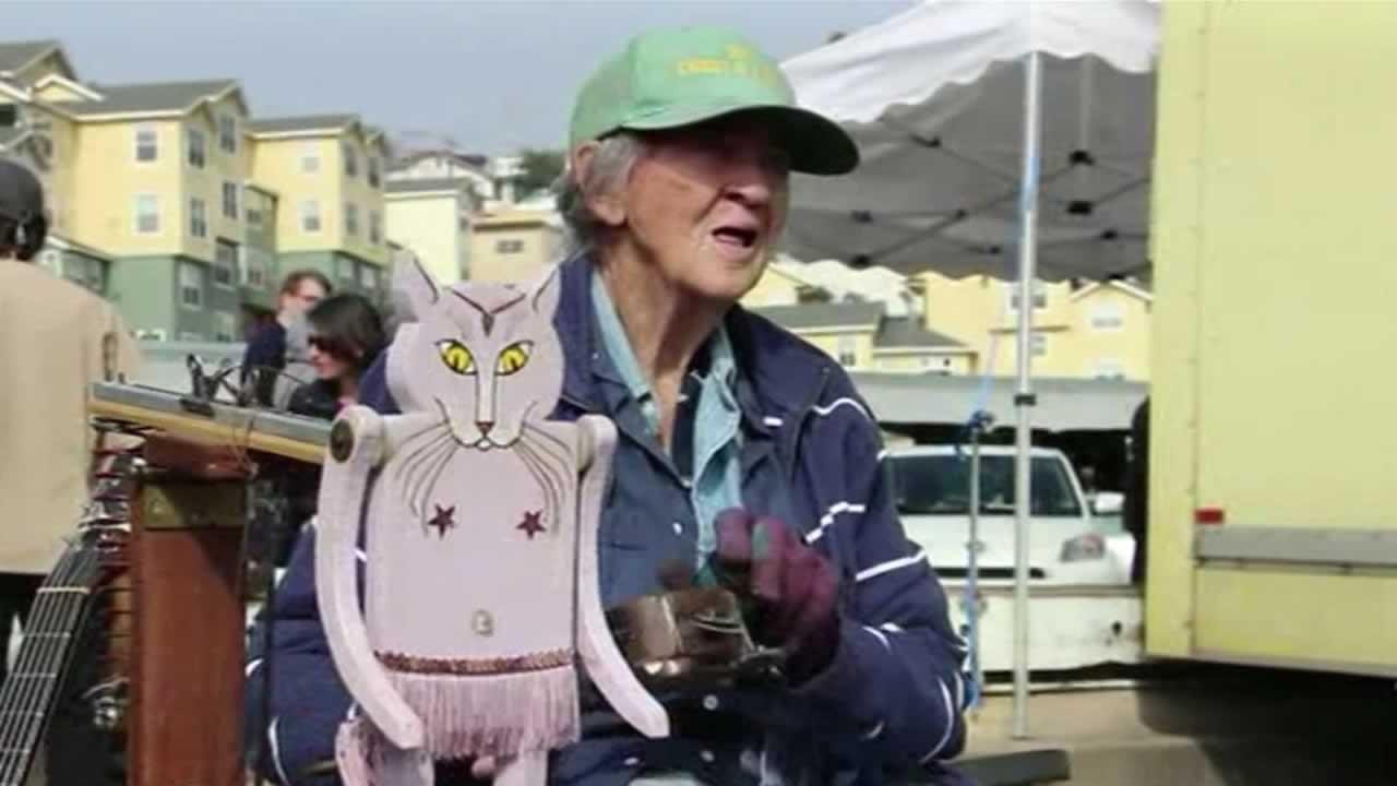 Theres an online effort underway to help an 88-year-old San Francisco icon who performs as a one-woman band.