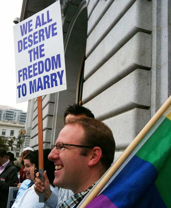 Outside San Francisco City Hall on the verge of the Prop 8 stay ruling <span class=meta>(&#40;KGO&#41;)</span>