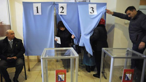 Crimea votes on whether to secede from Ukraine