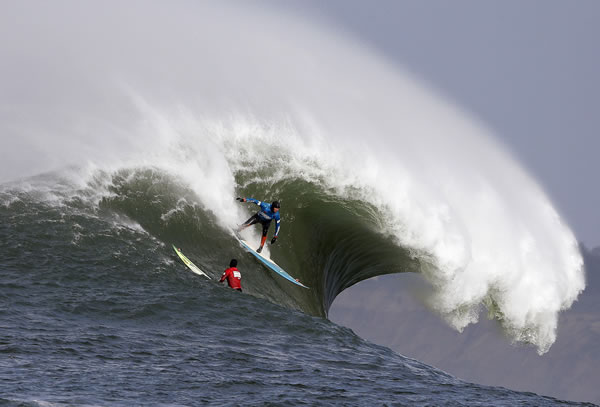 "<div class=""meta ""><span class=""caption-text "">Peter Mel catches a wave as Colin Dwyer, below, is near during the second heat of the first round of the Mavericks Invitational big wave surf contest Friday, Jan. 24, 2014, in Half Moon Bay, Calif. Mel is the defending champion of the event. (AP Photo/Eric Risberg)</span></div>"