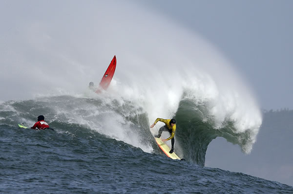 "<div class=""meta ""><span class=""caption-text "">Ryan Seelbach rides a wave during the second heat of the first round of the Mavericks Invitational big wave surf contest Friday, Jan. 24, 2014, in Half Moon Bay, Calif. (AP Photo/Eric Risberg)</span></div>"