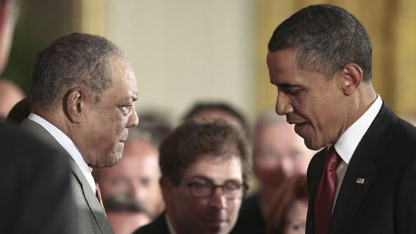 President Barack Obama greets Major League Baseball hall of famer, and former Giants player Willie Mays