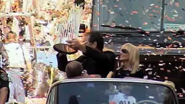 Bruce Bochy holds the Commissioner&#39;s Trophy during the San Francisco Giants victory parade. <span class=meta>(KGO)</span>
