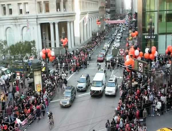 Fans line up and get ready for the SF Giants victory parade. <span class=meta>(&#40;Photo by KGO&#41;)</span>