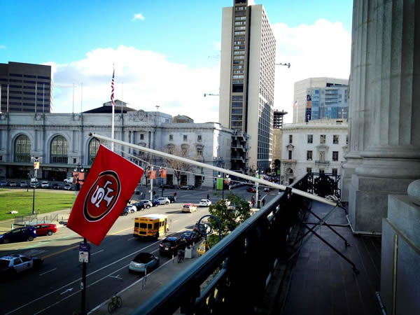 SF City Hall raises the 49ers team flag off the balcony in support of the Niners (Photo tweeted by @mayoredlee)