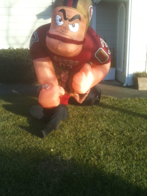 "<div class=""meta ""><span class=""caption-text "">Laura in Napa put a blow up 49er player on her front lawn.  Got lots of honks! Photo submitted via uReport. (Laura)</span></div>"