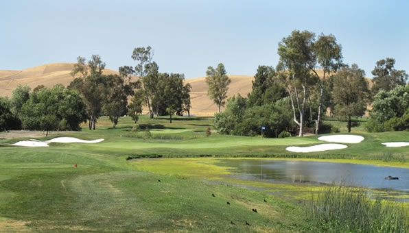 Las Positas par-3, 8th. How scenic is this? Would you ever know you&#39;re sandwiched between a freeway and an airport? <span class=meta>(ABC7&#39;s Wayne Freedman)</span>
