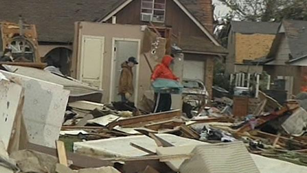 Oklahoma residents begin clean up after tornado