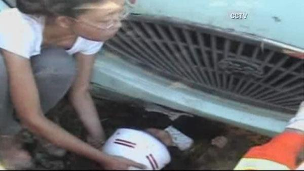 Girl rescued from under bus in China