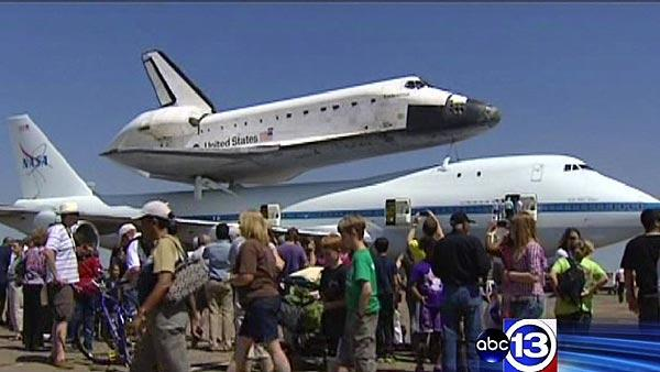 Endeavour flies around Houston before arrival
