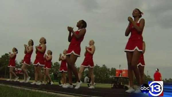 Cheerleaders get temporary OK for Bible banners