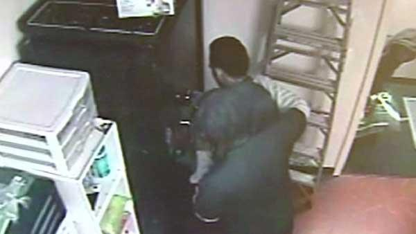 Employees tied up during cell phone store robbery