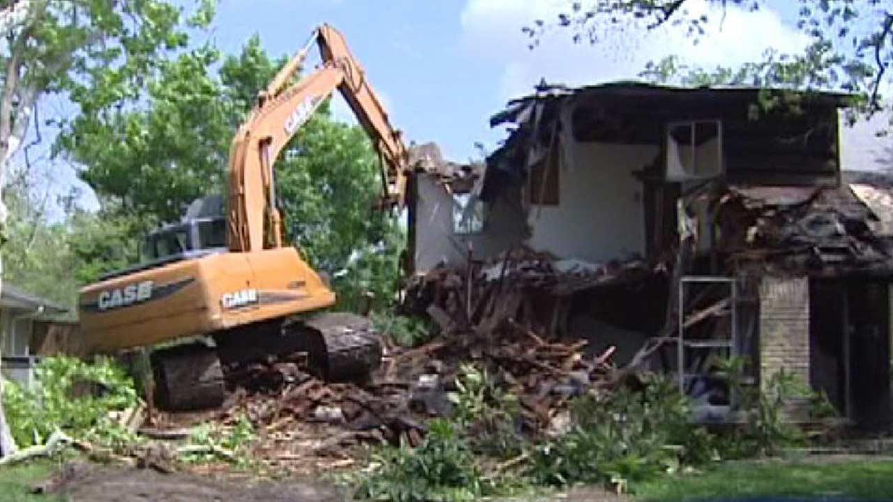 'Eyesore' house comes down in southwest Houston demolition