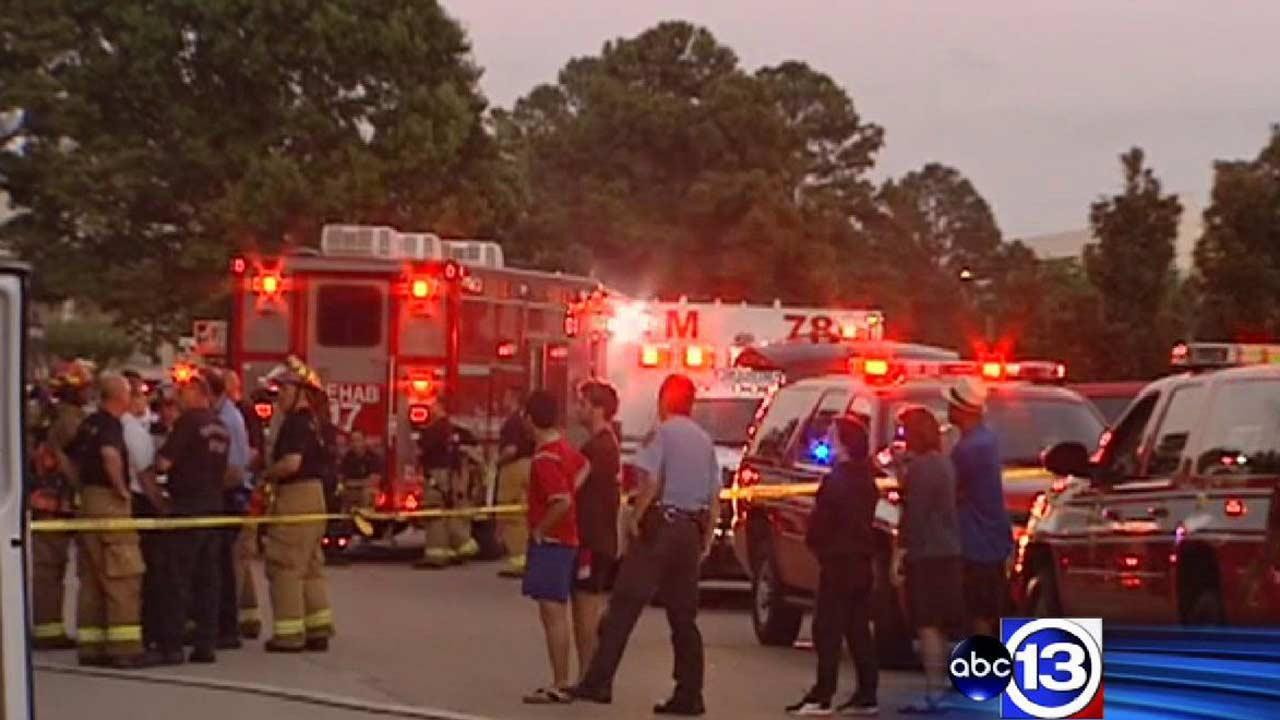 Residents displaced after fire rips through northwest Houston apartment complex