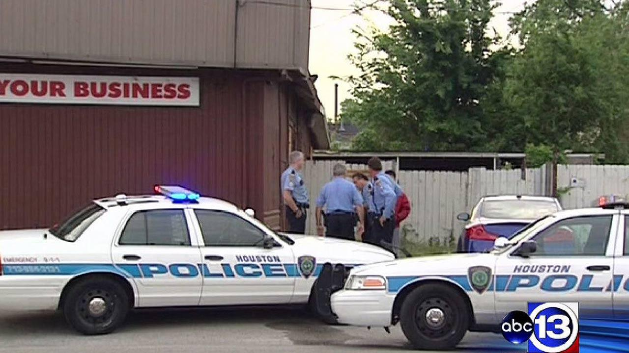 Store clerk shoots suspected robber in north Houston