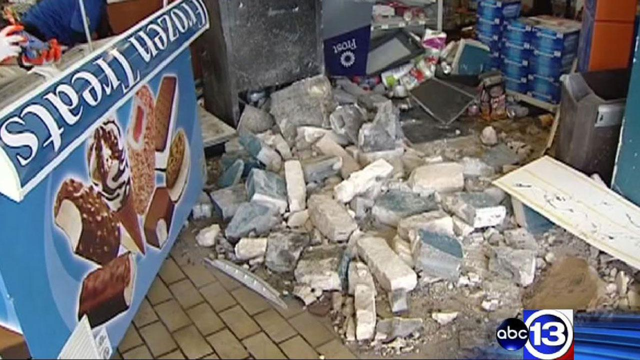 Smash-and-grab robbers break through convenience store wall in northeast Houston