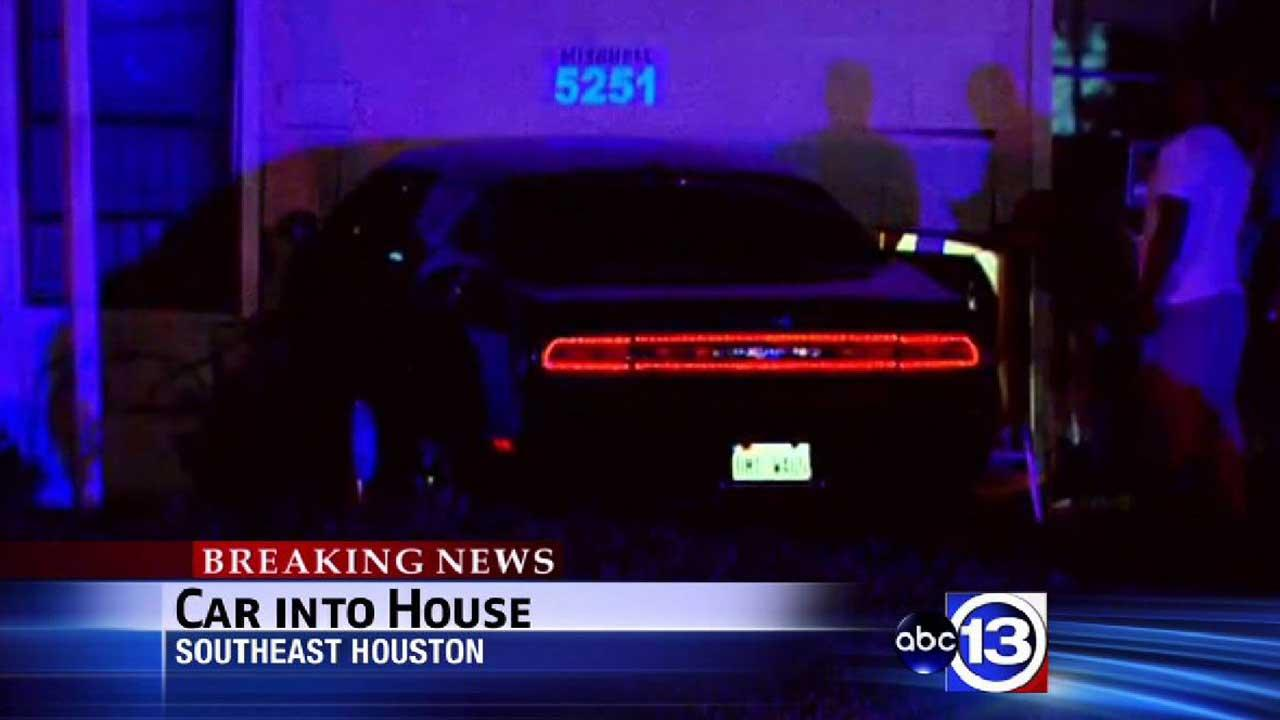 Car crashes into southeast Houston home