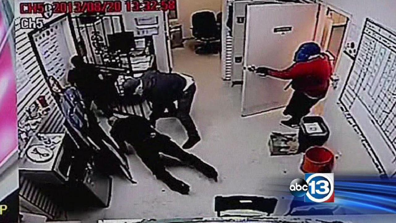 Serial robbers targeting North Houston cell stores