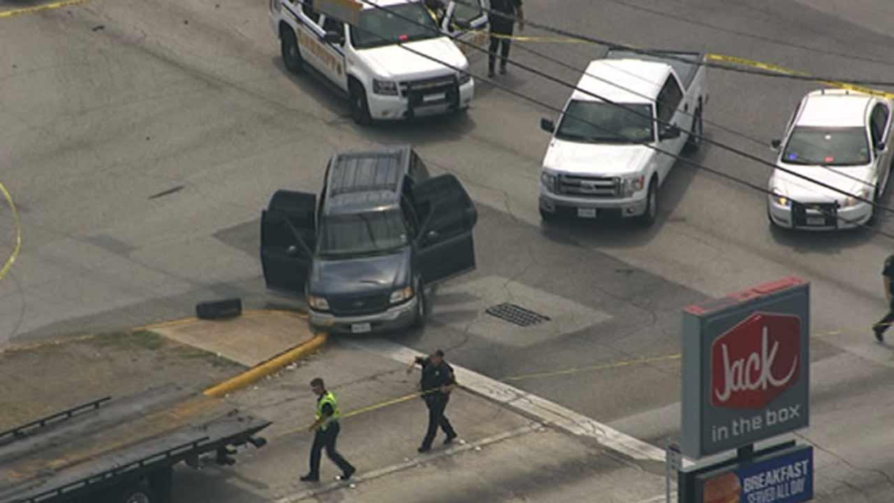 A police chase ends in a crash and a shooting in northwest Harris County <span class=meta>(ABC13)</span>