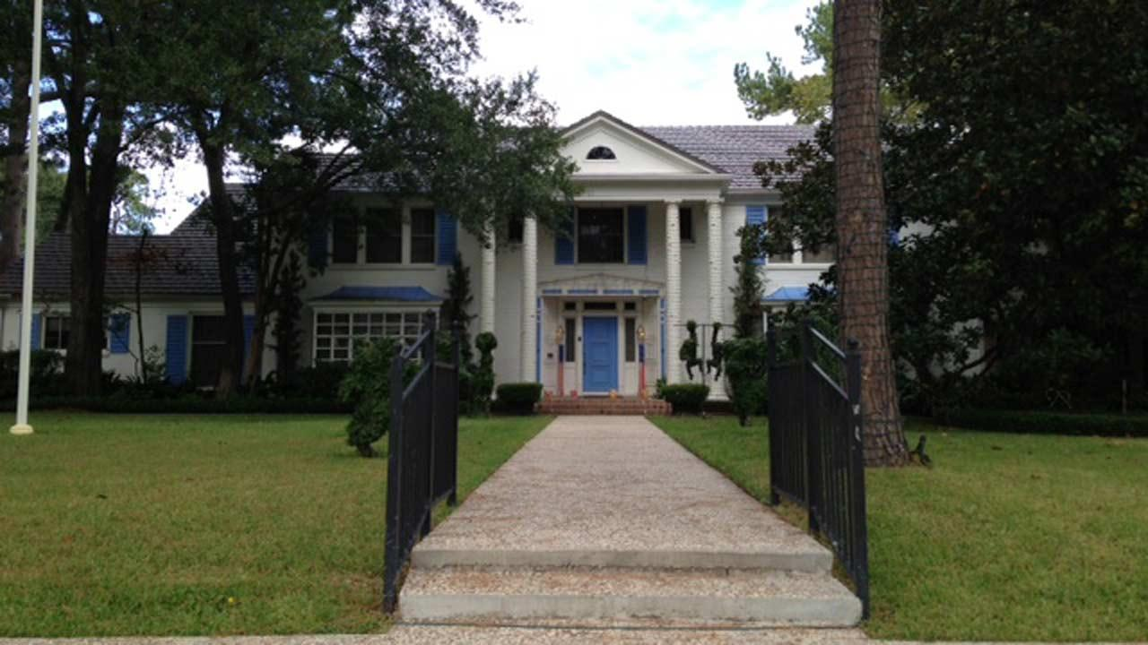 Bud Adams home -- Oiler blue door, shutters <span class=meta>(ABC13&#47;Sonia Azad)</span>