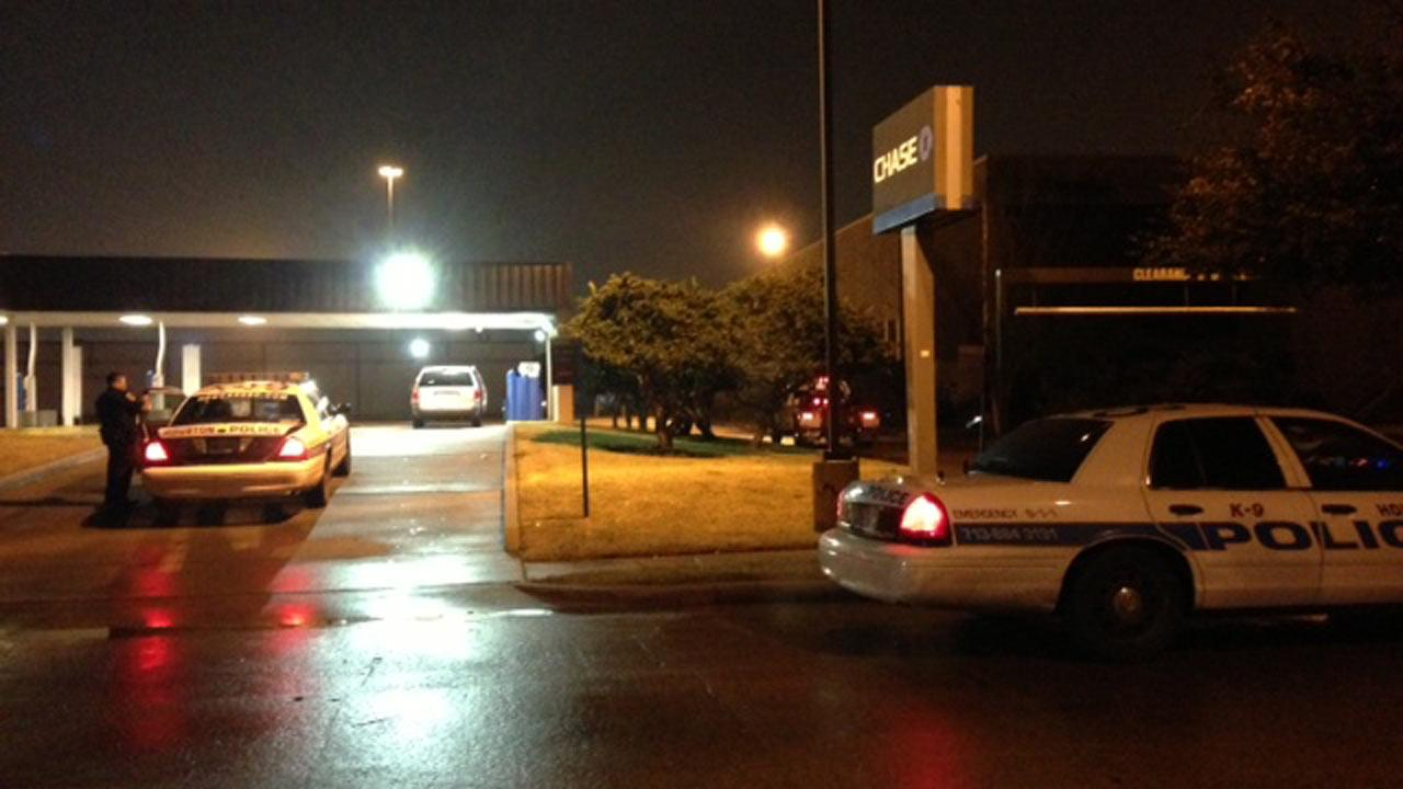Police several suspects tried to cut their way into a Chase Bank ATM overnight with a grinder.ABC13/Sonia Azad