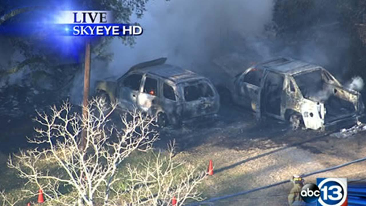 Manvel fire destroys two parked cars