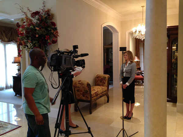 ABC13&#39;s Ilona Carson interviewing realtor <span class=meta>(KTRK Photo)</span>