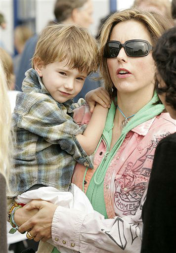Actress Tea Leoni, right, and son Kyd Duchovny, left attend the &#34;Paddle Out Protest&#34; at the Malibu Pier in Malibu, Calif. on Sunday, October 22, 2006. The protest is against a proposed liquid natural gas facility being built off the coast of Malibu.  <span class=meta>(AP Photo&#47;Dan Steinberg)</span>