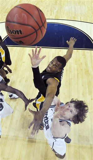 Virginia Commonwealth&#39;s D.J. Haley and Butler&#39;s Matt Howard go for a loose ball during the first half of a men&#39;s NCAA Final Four semifinal college basketball game Saturday, April 2, 2011, in Houston. &#40;AP Photo&#47;Chris Steppig&#47;NCAA Photos, Pool&#41; <span class=meta>(AP Photo&#47; Chris Steppig)</span>