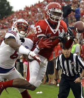 Houston wide receiver Patrick Edwards &#40;83&#41; tries to catch a pass in the end zone as SMU defensive back Richard Crawford &#40;6&#41; pursues during the second quarter of an NCAA college football game on Saturday, Nov. 19, 2011, in Houston. The pass was incomplete. &#40;AP Photo&#47;David J. Phillip&#41; <span class=meta>(AP Photo&#47; David J. Phillip)</span>