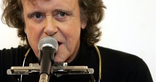 ** FILE ** In this Oct. 3, 2005 file photo, folk singer Donovan performs during a live acoustic gig in central London. <span class=meta>(AP Photo&#47; Jane Mingay)</span>