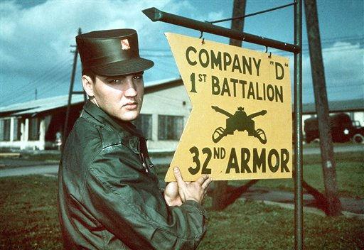 ** ARCHIV ** Rock&#39;n&#39;Roll-Saenger Elvis Presley auf einem undatierten Bild vor dem Schild seines Battaillons in Friedberg, wo er 18 Monate - von 1958 bis 1960 - als Soldat stationiert war.In Bremerhaven wurde  der &#34;King&#34; am Morgen des 1. Oktober an der Columbuskaje sehnlichst erwartet. Unter Hunderten von Soldaten verliess er den Transporter &#34;General G. M. Randall&#34;. &#34;In der mittelhessischen Kleinstadt Friedberg haben Elvis-Fans laenger Gelegenheit, ihr Idol zu sehen. Der 23-Jaehrige tritt dort seinen Dienst bei der 3. US-Panzerdivision an. &#34;Man hat dem Tag entgegen gefiebert&#34;, erinnert sich Claus-Kurt Ilge, der als 15- Jaehriger die Ankunft des &#34;King of RocknRoll&#34; erlebte. Gegen 19.30 Uhr sei der Zug an einer Verladerampe der &#34;Ray Barracks&#34; eingefahren. Trotz einer massiven Praesenz der Militaerpolizei gelingt es Ilge, die Absperrungen zu ueberwinden und einen Blick auf sein Idol zu erhaschen. &#40;AP Photo&#47;Archiv&#41;  ** zu unserem KORR. APD0728 **  --- ** FILE ** The undated file photo shows Elvis Presley beside a sign of his US Army unit in Friedberg, Germany, where he spent 18 months between 1958 and 1960. &#40;AP Photo&#41; <span class=meta>(AP Photo&#47; XMP XCO CL XCO FO MB**FK** JK**F)</span>