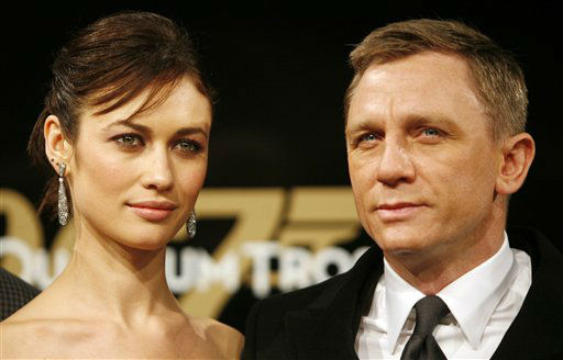Der  britische James Bond Darsteller Daniel Craig, rechts, und die Schaupielerin Olga Kurylenko, links, posieren am Montag, 3. November 2008, waehrend der Deutschlandpremiere des James Bond Films &#34;Ein Quantum Trost&#34; in Berlin fuer die Fotografen. &#40;AP Photo&#47;Miguel Villagran&#41; --- British actor Daniel Craig, right, and Ukrainian-born actress Olga Kurylenko, left, arrive on the red carpet for the German Premiere of the 22nd James Bond film &#39;Quantum of Solace&#39; at a central cinema in Berlin, Germany, Monday, Nov. 3, 2008.&#40;AP Photo&#47;Miguel Villagran&#41; <span class=meta>(AP Photo&#47; Miguel Villagran)</span>