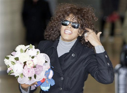 ARCHIV - Whitney Houston am 3. Februar 2010 am Flughafen in Seoul, Suedkorea. Houston kommt im Mai fuer zehn Konzerte nach Deutschland: Nachdem die Soul-Diva im Rahmen ihrer &#34;Nothing But Love&#34;-Tour bereits rund um den Globus getourt ist, startet sie am 6. April 2010 die Konzertreise durch Europa. &#40;AP Photo&#47;Lee Jin-man,file&#41; ----FILE - U.S. singer Whitney Houston speaks to the media upon her arrival at Incheon International Airport in Incheon, west of Seoul, South Korea, Wednesday, Feb. 3, 2010. Houston arrived here for first step of her world tour &#34;Nothing but Love World Tour&#34; and will travel through Japan, Australia, and Europe. &#40;AP Photo&#47;Lee Jin-man,file&#41; <span class=meta>(AP Photo&#47; Lee Jin-man)</span>