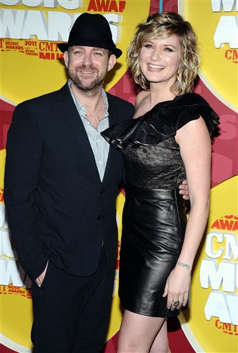"<div class=""meta image-caption""><div class=""origin-logo origin-image ""><span></span></div><span class=""caption-text"">Jennifer Nettles and Kristian Bush of the group Sugarland arrive at the 2011 CMT Music Awards in Nashville, Tenn. on Wednesday, June 8, 2011.  (AP Photo/Charles Sykes) (AP Photo/ Charles Sykes)</span></div>"