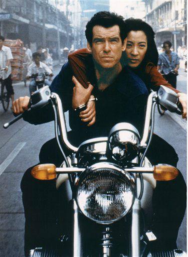 """<div class=""""meta """"><span class=""""caption-text """">Redaktionshinweis: Verwendung des Bildes nur zur redaktionellen Berichterstattung und bei Nennung """"BMW"""" +++ ARCHIV: Szene aus dem Bond-Film """"Der Morgen stirbt nie"""" mit Pierce Brosnan und Michelle Yeoh. Kurz vor dem Start des neuen Bond-Abenteuers """"Skyfall"""" begeht die Filmwelt 50 Jahre 007. Am 5. Oktober 1962 feierte """"James Bond jagt Dr. No"""" Premiere. Folgende Maenner bestimmten das Schicksal des Geheimagenten. (zu dapd-Text) Foto: -/BMW/dapd (Photo/-)</span></div>"""