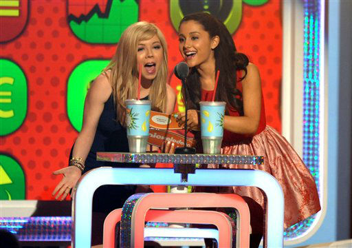 Jennette McCurdy, left, and Ariana Grande present the award for favorite TV actress at the 26th annual Nickelodeon&#39;s Kids&#39; Choice Awards on Saturday, March 23, 2013, in Los Angeles. <span class=meta>(AP photo)</span>