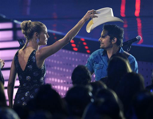 Heidi Klum, left, takes Brad Paisley&#39;s hat as he performs ?The Mona Lisa? on stage at the 40th annual People&#39;s Choice Awards at the Nokia Theatre L.A. Live on Wednesday, Jan. 8, 2014, in Los Angeles. &#40;Photo by Chris Pizzello&#47;Invision&#47;AP&#41; <span class=meta>(Photo&#47;Chris Pizzello)</span>