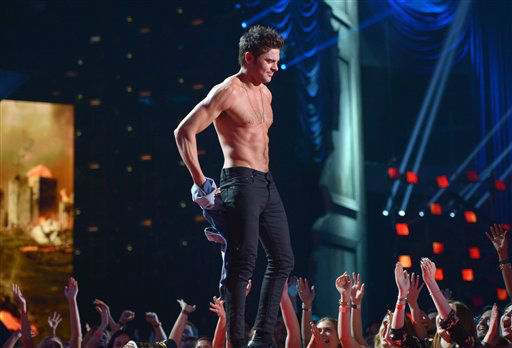Zac Efron accepts the award for best shirtless performance for ???That Awkward Moment?? on stage at the MTV Movie Awards, on Sunday, April 13, 2014, in Los Angeles.  <span class=meta>(Photo by John Shearer&#47;Invision for MTV&#47;AP Images)</span>