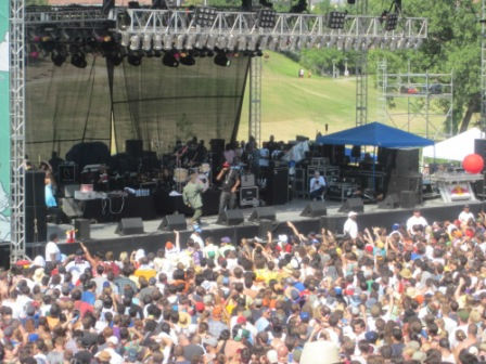 "<div class=""meta image-caption""><div class=""origin-logo origin-image ""><span></span></div><span class=""caption-text"">Thousands braved the heat this weekend to enjoy Houston's two-day music festival at Eleanor Tinsley Park. Ween headlined on Saturday, while Weezer was the main event on Sunday. (KTRK Photo)</span></div>"