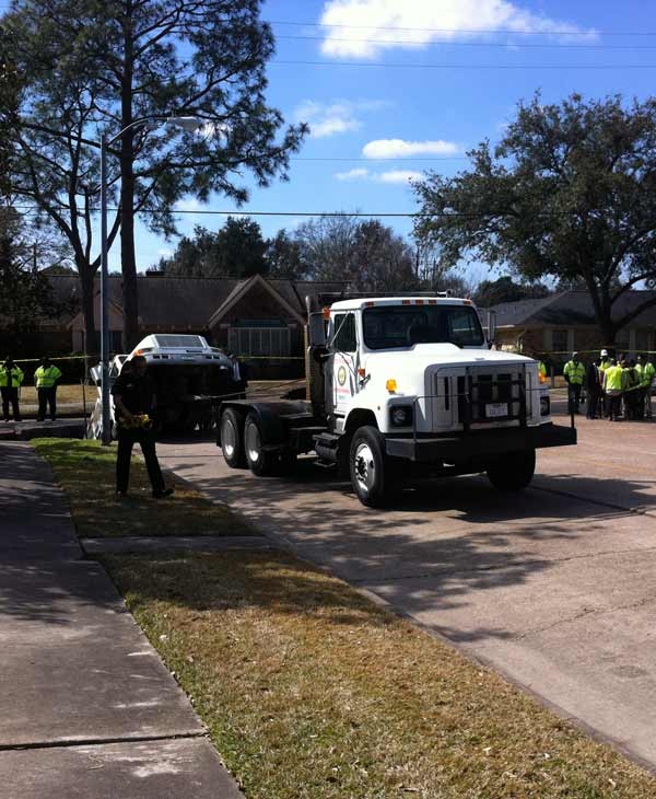 The dump truck is being hitched to a tow truck (Photo by: Adela Uchida)