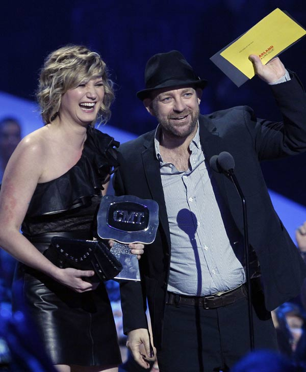 "<div class=""meta image-caption""><div class=""origin-logo origin-image ""><span></span></div><span class=""caption-text"">nifer Nettles and Kristian Bush of the group Sugarland accept the Duo Video of the Year Award at the 2011 CMT Music Awards in Nashville, Tenn., on Wednesday, June 8, 2011. (AP Photo/Dave Martin)</span></div>"