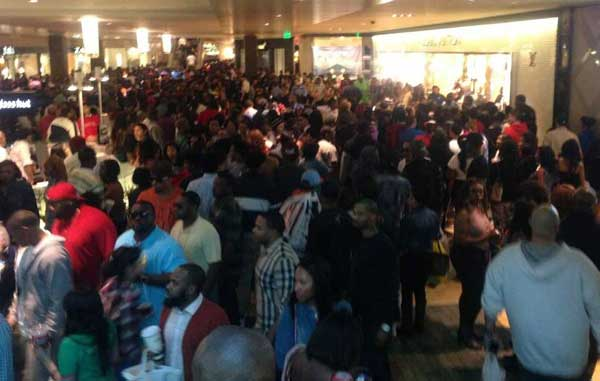 Massive crowds at the Galleria on Saturday prompted officials to close down the mall early as a precaution. <span class=meta>(Olaheric from Twitter)</span>