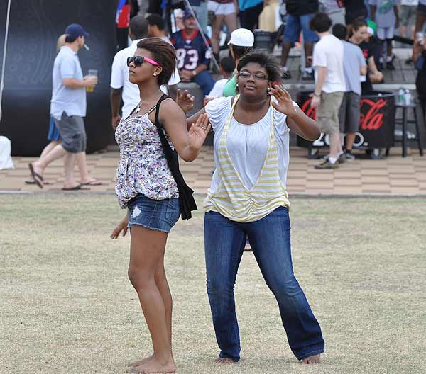 "<div class=""meta image-caption""><div class=""origin-logo origin-image ""><span></span></div><span class=""caption-text"">Fans came out to enjoy The Big Dance Concert Series, held in Houston's Discovery Green Park, April 1-3, 2011.  The Big Dance is a free three-day concert series open to music fans in celebration of the NCAA Men's Final Four. In addition to the music, there was plenty of food and activities to keep the crowd entertained. (KTRK Photo)</span></div>"