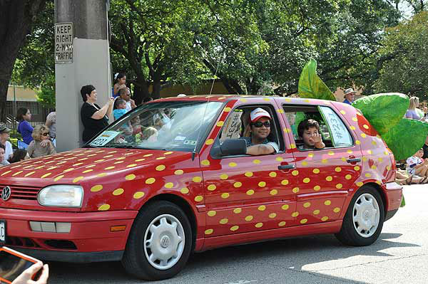 "<div class=""meta ""><span class=""caption-text "">More than 250 entries took to the streets in Houston's 26th Annual Art Car Parade, billed as the city's largest free public art event.  Designs of all shapes and sized amazed and delighted the crowd on Saturday, May 11, 2013. (KTRK Photo)</span></div>"