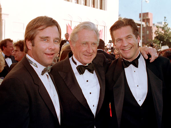 Actor Lloyd Bridges poses with his sons Beau, left, and Jeff, right, as they arrive at the 61st annual Academy Awards in Los Angeles, Ca., on March 29, 1989. &#40;AP Photo&#47;Bob Galbraith&#41; <span class=meta>(AP Photo)</span>