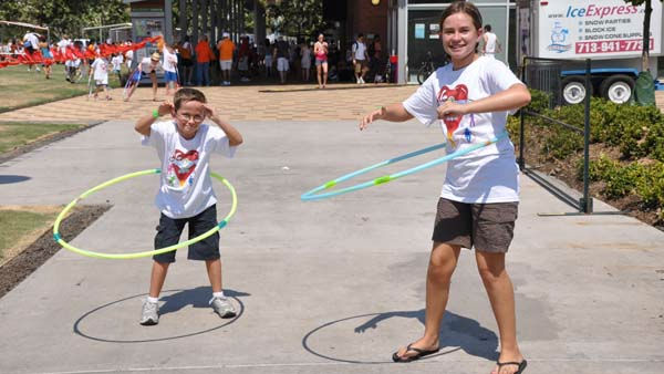 "<div class=""meta image-caption""><div class=""origin-logo origin-image ""><span></span></div><span class=""caption-text"">Hundreds of people of all ages gathered at Discovery Green in downtown Houston on Sunday, August 28, 2011 to try to set the world record in simultaneous hula hoopers -- all while raising money for Easter Seals Greater Houston (KTRK Photo)</span></div>"