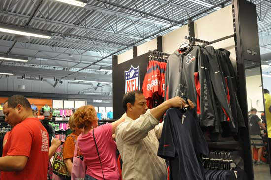 "<div class=""meta image-caption""><div class=""origin-logo origin-image ""><span></span></div><span class=""caption-text"">Tanger Outlets in Texas City celebrated its grand opening Friday, October 19.  There are 80 brand name and designer outlet stores at the 350,000 square foot upscale outlet mall. (ABC-13/Blanca Beltran)</span></div>"