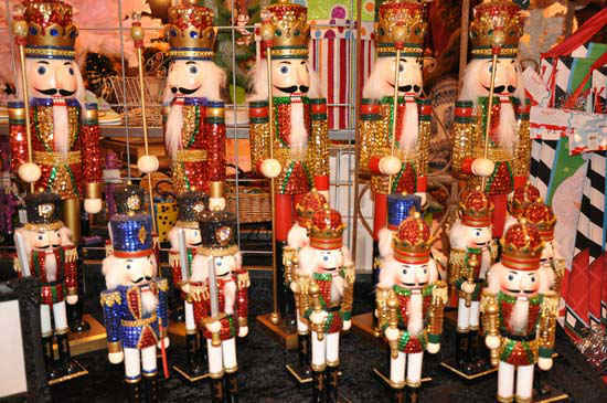 "<div class=""meta ""><span class=""caption-text "">This year's Nutcracker Market, themed ""Tinseltown,""  features more than 300 national and international merchants carefully selected for their unique offerings selling gifts for the entire family -- home décor, gourmet food, clothing, novelties, accessories and more.  Proceeds from the Market benefit Houston Ballet Foundation, Houston Ballet's Ben Stevenson Academy and its scholarship funds. (ABC-13/Blanca Beltran)</span></div>"